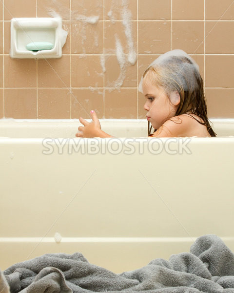 Young child cleaning in the tub – Stock Images 4 You